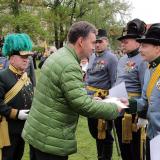 Arcivévoda Georg vyznamenává přítomné vojáky.