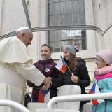 Papež se zdraví s dětmi z pražské farnosti Spořilov