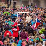 Papež se zdraví s poutníky