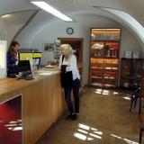 V zákaznickém centru je možné zakoupit informační materiály k výstavě.