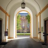 Vstup do galerie s výstavou je dveřmi vlevo.