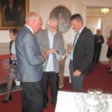 Autor výstavy Jan Drocár, majitel zámku Jerome Colloredo-Mannsfeld a ředitel zámku Pavel Krejcárek s publikaci vydanou k 80. výročí podepsání 1. deklarace.