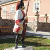 Při vstupu na nádvoří zámku návštěvníky upoutá socha rakouského granátníka.