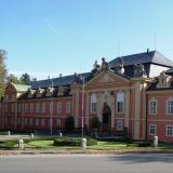 Rokokový zámek Dobříš je rozsáhlá trojkřídlá stavba s téměř čtvercovým dvorem a zajímavým francouzským a rozsáhlým anglickým parkem .