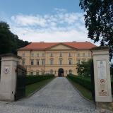 Boskovický zámek byl vystavěn na místě bývalého dominikánského kláštera na počátku 19. století. Patří k nekrásnějším empírovým stavbám u nás.