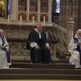 Smuteční mši celebrovali  Dominik kardinál Duka a po jeho levici sedící bratr zesnulého P. Angelus.