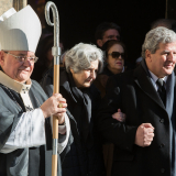 Pražský arcibiskup Dominik kardinál Duka O.P. a vdova Marie Waldstein-Wartenberg s nejstarším synem vycházejí za rakví z katedrály sv. Víta.