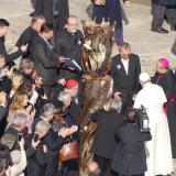 Biskup Jan Vokál předává papeži sochu sv. Anežky