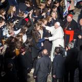 Papež se zdraví ze sbory
