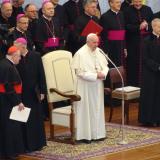 Papež František vítá přítomné